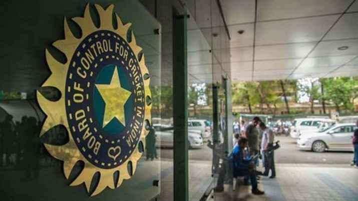 कोरोना के चलते IPL 2021 के बाकी बचे मैचों  को एक जगह शिफ्ट कर सकता है BCCI, शेड्यूल में भी होगा बदलाव