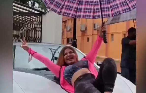 Rakhi Sawant: मुंबई की बारिश में राखी सावंत धमाकेदार डांस, कार के बोनट पर लेट कर दिए दिलचस्प पोज