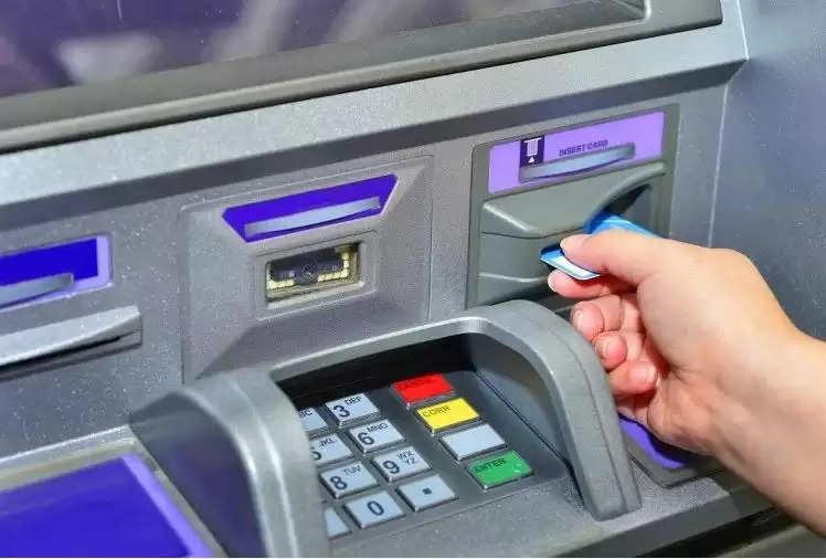 एटीएम से पैसे निकालना हुआ महंगा आरबीआई ने बदले बैंक से जुड़े ये नियम, जानिए और क्या हुए हैं बदलाव