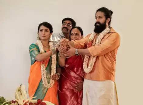 Yash: पत्नी के साथ नए घर में अभिनेता ने यश ने किया गृहप्रवेश, सामने आई पूजा की तस्वीरें