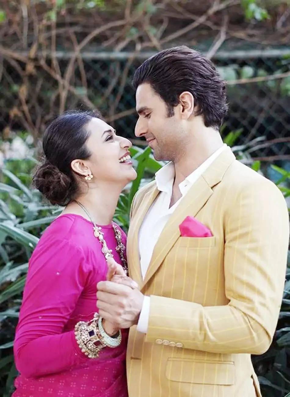 Divyanka Tripathi: पति विवेक के साथ रोमांटिक हुई दिव्यांका त्रिपाठी, केमिस्ट्री देख अर्जुन बिजलानी बोलें बाहों के दरमियां