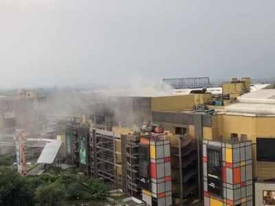 नोएडा में एक मॉल की छत गिरने से चारों तरफ हुई धुआं ही धुंआ, वीडियो वायरल