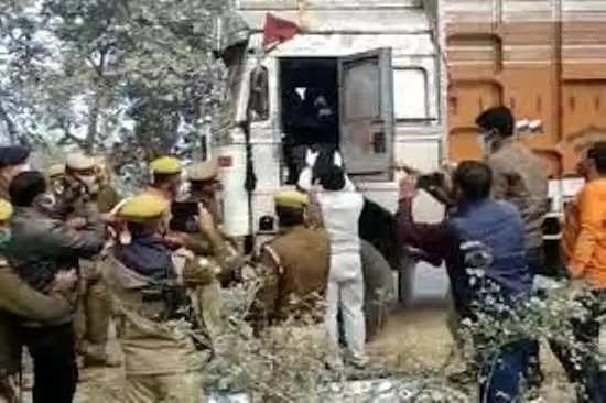 बस्ती :  बस्ती में आलू व्यापारी समेत तीन की गला रेतकर हत्या, खड़े ट्रक में मिली लाश