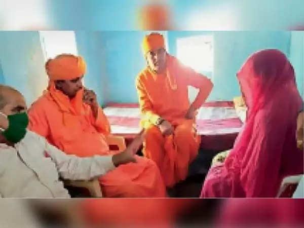 अलवर : कोरोना मृतक की बेटियों का खर्चा उठाएंगे सांसद बालकनाथ, अलवर सांसद बालकनाथ तसींग गांव पहुंच मृतक के परिजनों से मिले
