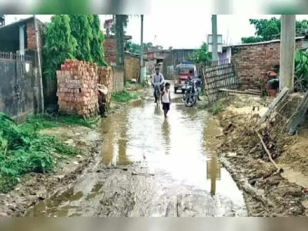 मधुबनी : परेशानी:दाे प्रखंडों काे जाेड़ने वाली मुख्य सड़क पर लगा जलजमाव, हर साल बारिश में लोग होते हैं परेशान