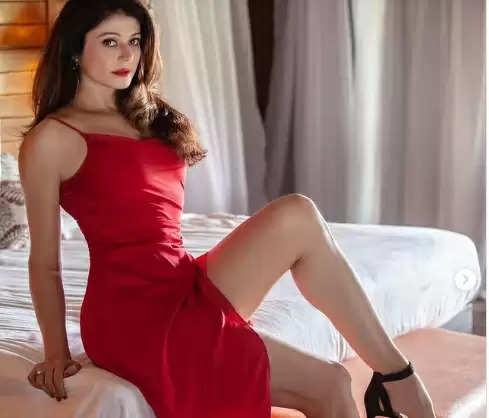 Pooja Batra: हॉट और बोल्ड तस्वीरों से पूजा बत्रा दे रही 25 साल की यंग अभिनेत्रियों को मात