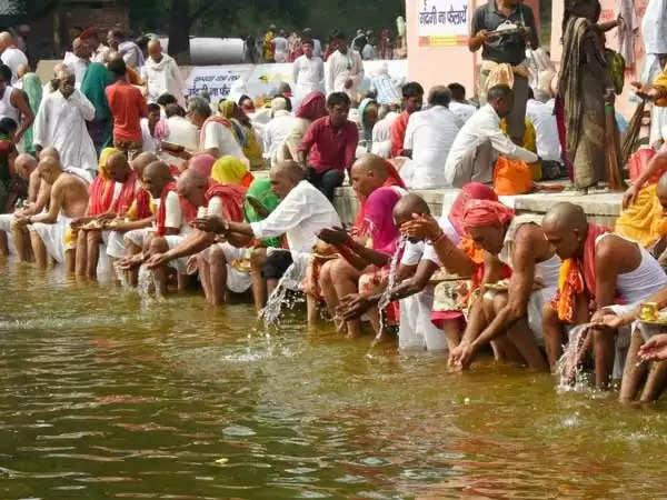 Pitru Paksha 2020: पूरे कुल के दुखों का निवारण करते हैं पितर, विधि के साथ करें श्राद्ध कर्म
