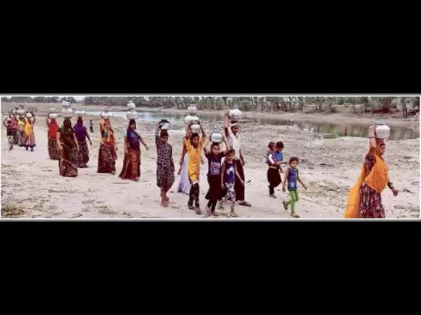 भीलवाड़ा : जल संकट पर पंचायत के बाहर महिलाओं का प्रदर्शन