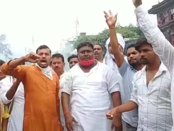 रोहतास  : सांसद पशुपति पारस के खिलाफ प्रदर्शन, पुतला भी फूंका; कार्यकर्ता बोले- पीठ में छुरा भोंकने का किया काम