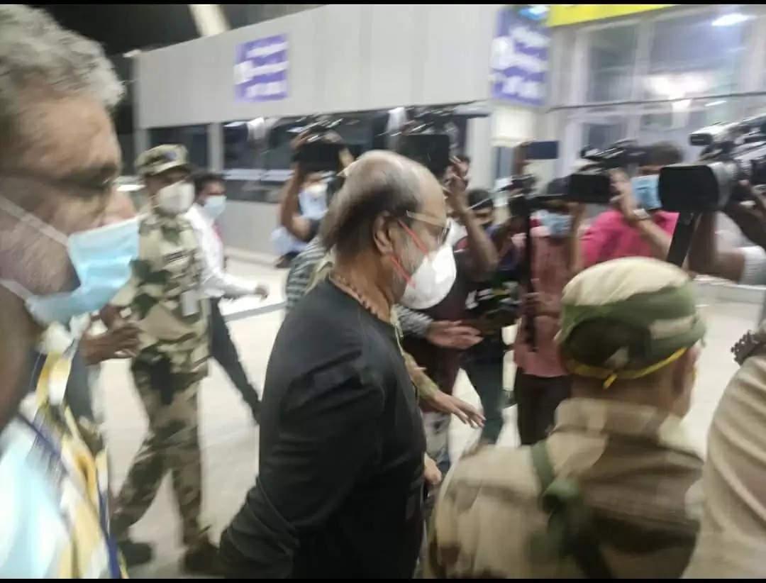 Rajinikanth: इलाज के लिए देर रात अमेरिका के लिए रवाना हुए रजनीकांत, एयरपोर्ट पर पत्नी के साथ आए नजर