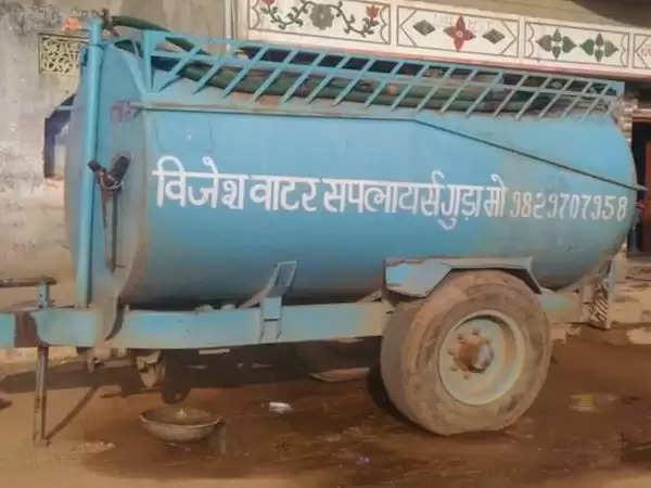 झुंझुनूं : गर्मी में पानी की चोरी:खेत में खड़ा किया पानी का टेंकर सुबह मिला गायब, अज्ञात चोरों के खिलाफ मामला करवाया दर्ज