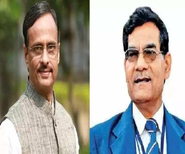 पमुख्यमंत्री दिनेश शर्मा का शाम को जेवर विस क्षेत्र में गौतमबुद्ध विवि में प्रबुद्ध लोगों का कार्यक्रम था। इसमें सांसद महेश शर्मा थोड़ी देर बाद यह कहकर निकल गए कि उन्हें दिल्ली जाना है। पार्टी जिलाध्यक्ष के साथ दादरी विधायक मौजूद रहे। बाकी वरिष्ठ नेता नजर नहीं आए। सोमवार दोपहर को ग्रेनो के आइटीएस कालेज में भाजपा के प्रदेश उपाध्यक्ष शर्मा का अभिनंदन समारोह था। इसमें राज्यसभा सदस्य सुरेंद्र नागर अपने करीबी डा. अशोक नागर, भाजपा जिलाध्यक्ष विजय भाटी, युवा मोर्चा के जिलाध्यक्ष राज नागर, पूर्व मंत्री हरिश्चंद्र भाटी, दादरी ब्लाक प्रमुख बिजेंद्र, बिसरख ब्लाक प्रमुख के पति ओमपाल प्रधान, बुलंदशहर के लखावटी ब्लाक प्रमुख ईश्वर पहलवान, गुर्जर संस्थान के अध्यक्ष योगेंद्र चौधरी के साथ मौजूद रहे, पर जिले के अन्य वरिष्ठ नेता नजर नहीं आए। सोमवार दोपहर उप मुख्यमंत्री जेवर विधायक के आवास पर पहुंचे। वहां भी विधायक धीरेंद्र सिंह के अलावा अन्य नेता नजर नहीं आए।