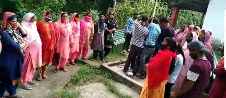 Dharmshala भाई गांव में हैंडपंप से मोटर निकालने पर भड़के लोग