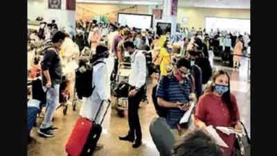 फेस्टिव सीजन में इंदौर एयरपोर्ट पर बढ़ी यात्रियों की भीड़