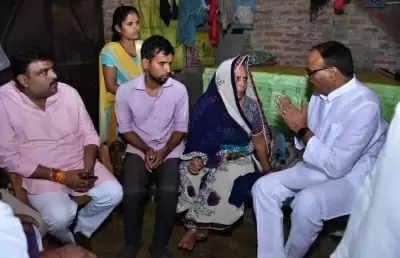 लखीमपुर में मारे गए भाजपा कार्यकर्ताओं के घर पहुंचे योगी सरकार के कानून मंत्री