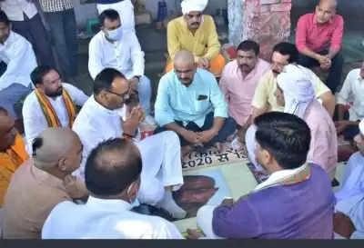 यूपी के लखीमपुर खीरी में मृत भाजपा कार्यकर्ताओं के परिवारों से मिले मंत्री ब्रजेश पाठक
