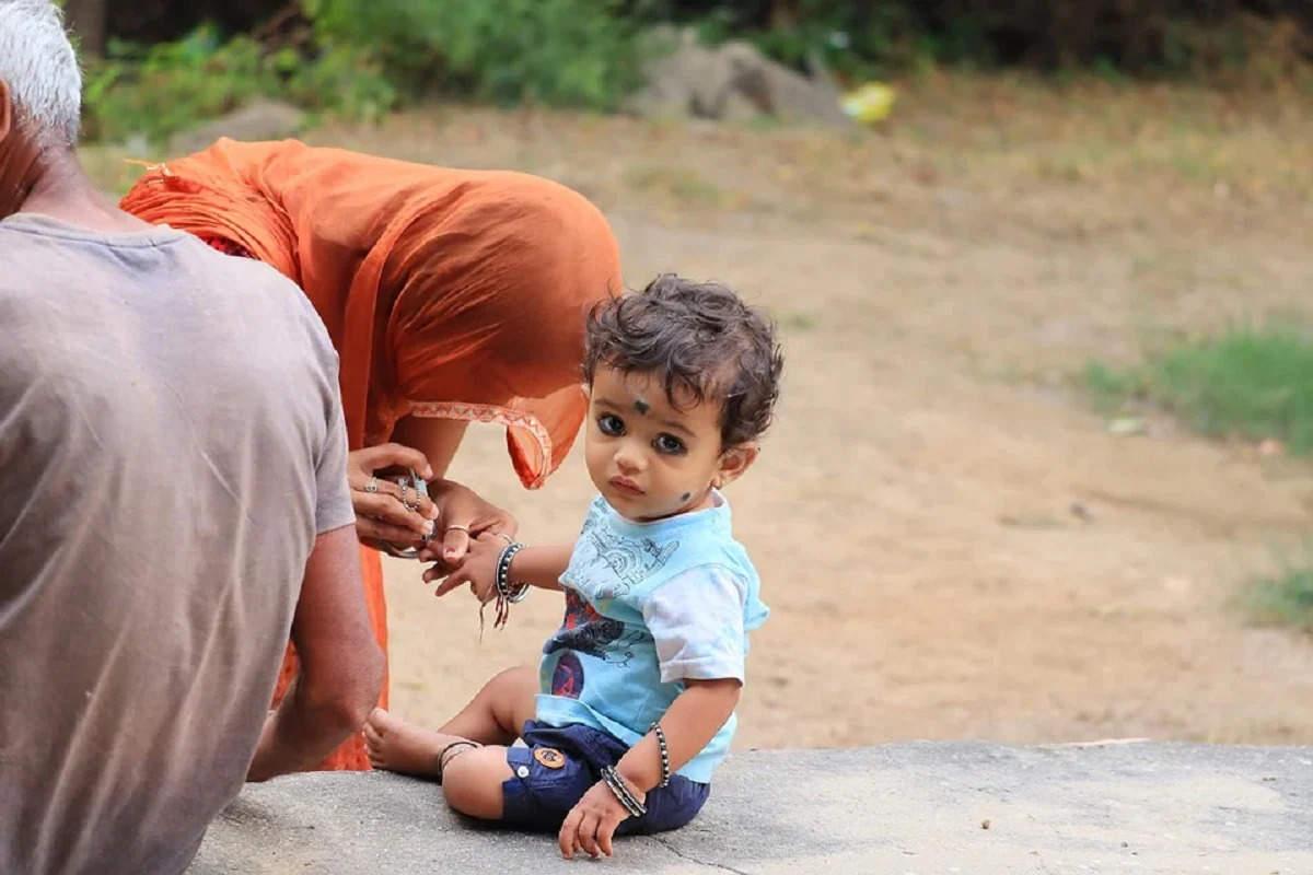 अगर आप भी बच्चे को बुरी नजर से बचाने के लिए लगाती हैं काला टीका, तो जान लें इससे जुडी ये बातें