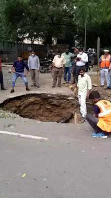 Delhi में आए दिन धंस रही सड़कें, वाहन लेकर निकलना खतरे से खाली तो नहीं?