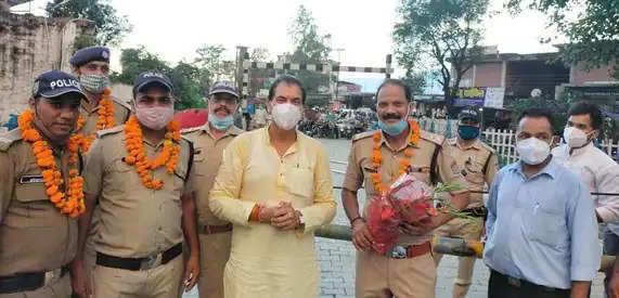 Rishikesh ट्रैफिक व्यवस्था संभालने वाले पुलिस कर्मियों का सम्मान