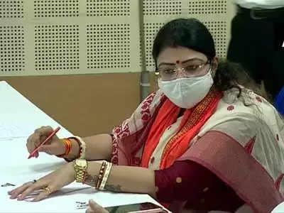 Mamta Banerjee के विरुद्ध भाजपा उम्मीदवार प्रियंका टिबरेवाल ने अपना नामांकन दाखिल किया