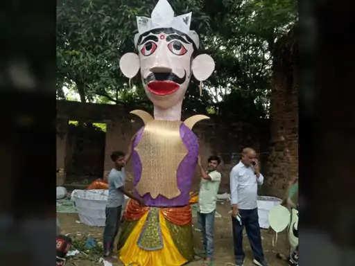 वर्षों से 9 दिनों तक चलने वाली रामलीला को कोरोना ने 5 घंटे में सिमटा दिया है। अब 5 घंटे में पूरी रामलीला होगी और 24 घंटे में ही रावण वध हो जाएगा। कोरोना के साइड इफेक्ट से पहले कलाकार भी बाहर से आते थे, लेकिन अब बिहार के कलाकार ही पूरी रामलीला करेंगे। गुरुवार शाम 5 बजे वर्चुअल रामलीला का शुभारंभ हो जाएगा और शुक्रवार को विजय दशमी पर शाम साढ़े 4 से 5 बजे के बीच राम के हाथों रावण का वध हो जाएगा।  दशहरा कमेटी के अध्यक्ष कमल नोपानी का कहना है कि कोरोना के कारण रामलीला बदल गई है। एक साल पूर्व कोरोना काल में पटना में रामलीला नहीं हो पाई थी। इस कारण से पटना की रामलीला को मथुरा में कराया गया था। इस बार भी रामलीला का वह स्वरूप नहीं है। कोरोना के कारण इस बार रामलीला को कालिदास रंगालय में कराया जा रहा है। पूर्व में 9 दिनों तक रामलीला चलती थी और 10वें दिन रावण का वध राम के हाथों होता था। गांधी मैदान में होने वाला रावण वध का कार्यक्रम लोगों का मन मोह लेता था, लेकिन इस बार कोरोना के कारण सब कुछ बदल गया है।  रावण के साथ जरूरी है कोरोना का वध  दशहरा कमेटी के अध्यक्ष कमल नोपानी का कहना है कि इस बार दशहरा में रावध के साथ कोरोना का वध किया जा रहा है। कोरोना का वध इसलिए जरूरी है, क्योंकि पूरा विश्व कोरोना से परेशान है। रावण का वध बुराई पर अच्छाई के विजय से है। हम इस बार रामलीला में कोरोना का वध इसलिए करा रहे हैं, क्योंकि रावण के साथ कोरोना भी विश्व से चला जाए। कोरोना के कारण पूरा विश्व तबाह है और अब राम से यही प्रार्थना है कि कोरोना से मुक्ति मिल जाए। बुधवार को ही कोरोना को बनाकर तैयार कर लिया गया है। कोरोना का वध राम के हाथों कराकर इसे पूरे देश से मिटाने की मनोकामना के साथ पूरी तैयारी की गई है।