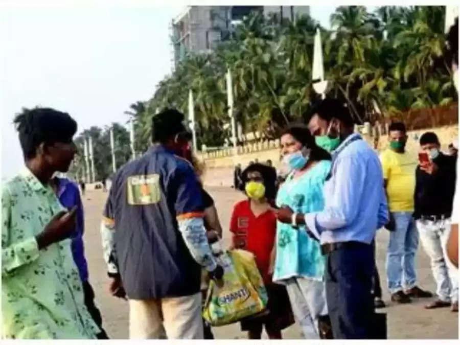 मास्क न पहनने पर लोगों पर जुर्माना लगाने वाले मार्शल खुद मास्क नहीं पहनते, लोग उन्हें बीच सड़क पर मारते हैं
