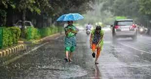 बिहार न्यूज़ डेस्क !!!  बिहार में एक बार फिर मानसून की वापसी के बाद बारिश का सिस्टम एक्टिव हो रहा है । मौसम विभाग द्वारा बताया गया है कि, 16 और 17 अक्टूबर को बिहार के 38 जिलों में बारिश का पूर्वानुमान हैं । 48 घंटे तक मौसम गर्म रहेगा उसके बाद गरज के साथ बारिश का मौसम आएगा । मौसम विभाग ने इसके लिए बड़ा कारण बंगाल की खाड़ी में बन रहे कम दबाव के क्षेत्र को बताया है।  मौसम विभाग के मुताबिक बताया गया है कि, दक्षिण पश्चिम की मानसून वापसी रेखा सिल्चर, कृष्णा नगर, बारीपदा, मल्कानगिरि, महाराष्ट्र के औरंगाबाद एव सिलवासा से गुजर रही है । विभाग का कहना है कि एक चक्रवाती परिसंचरण का क्षेत्र पूर्व मध्य बगाल की खाड़ी और उसके आस पास बना हुआ है । इसके आगे मौसम विभाग का कहना है कि, अगले 24 घंटे के दौरान महाराष्ट्र, तेलंगाना के अधिकांश हिस्सो से एवं कर्नाटक के कुछ हिस्साें से मानसून की वापसी हो जाएगी । इसके प्रभाव से अगले 24 घंटों के दौरान पूर्व मध्य बंगाल की खाड़ी में कम दबाव का क्षेत्र बनने वाला है ।   रोहतास न्यूज़ डेस्क !!!