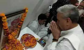 Gurgaon शहीद को श्रद्धांजलि:केंद्रीय मंत्री राव इंद्रजीत ने गांव भौंडसी पहुंचकर शहीद को किया नमन