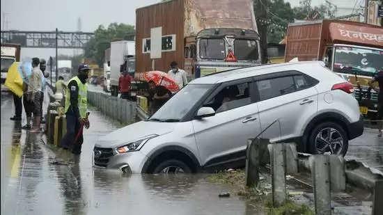 Gurgaon गुरुग्राम में बारिश से सड़कों पर पानी भरा, यात्री फंसे