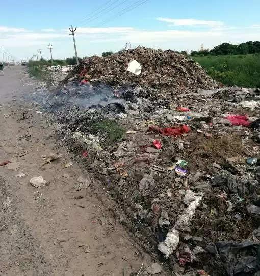 Gurgaon औद्योगिक क्षेत्र में खुले में जलाया जा रहा कचरा