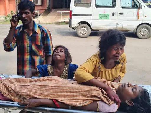 बांका जिला के रजौन गांव में बेटे की चाहत व घर में प्रसव कराने की लापरवाही के कारण प्रसूता की मौत हो गई। रजौन निवासी भुजंगी महतो 5 बेटियों के पिता थे। लेकिन, एक बेटे की चाहत में उन्हें एक बार फिर बेटी ही हुई। लेकिन, प्रसव के दौरान लापरवाही के कारण पत्नी बुधो देवी की मौत हो गई। इस संबंध में डॉ. हेमशंकर शर्मा ने कहा कि घर में प्रसव करना बहुत ही खतरनाक है। इसी लापरवाही में प्रसूता की जान गई है। हालांकि, आशा की भी इसमें गलती है। क्योंकि, आशा को ये ध्यान रखना है कि क्षेत्र में कितनी प्रसूता हैं और उन्हें स्वास्थ्य केंद्र में जाने के लिए प्रेरित करना भी उनका ही काम है।  तबीयत बिगड़ी तब अस्पताल लेकर गए  भुजंगी महतो ने बताया कि पत्नी बुधो देवी बुधवार को व्रत में थीं। रात के ढाई बजे को अचानक प्रसव पीड़ा हुई। हालांकि, इस दौरान उसने एक बच्ची को जन्म दिया। लेकिन, उसकी तबीयत लगातार बिगड़ती चली गई। सुबह होने तक घरेलू उपचार ही किया गया। लेकिन, सुधार नहीं होने पर परिजन निजी अस्पताल ले गए। वहां डॉक्टरों ने उसे मायागंज अस्पताल ले जाने की सलाह दी। आनन-फानन में भुजंगी महतो अपनी पत्नी को मायागंज अस्पताल ले आए। जहां डॉक्टरों ने बुधो देवी को मृत घोषित कर दिया।  बेटे की चाह में बन गए 6 बेटियों के पिता  भुजंगी महतो ने बताया कि इस बार भी उन्हें लड़की ही हुई है। उन्हें बेटे का सुख नहीं मिल पाया। बेटे की चाह में उन्हें 6 बेटियां हो गईं। उन्होंने बताया कि उनकी 6 बेटियों में नैना(17), रजनी(8), सजनी(6), कविता(5), माया(2), और नवजात शामिल हैं। उन्होंने बताया कि बेटे की चाह में ही पत्नी की जान चली गई।  लोगों में जागरूकता की कमी : डॉ. हेमशंकर  वहीं, एक्सपर्ट डॉ. हेमशंकर शर्मा ने बताया कि इसमें दो बातें हैं। महिला जिस गांव से आती हैं उस गांव की आशा की जिम्मेदारी है कि वो एएनटी जांच कराएं। साथ ही ये देखना होगा कि उन्होंने फॉलो किया या नहीं। यदि फॉलो किया तो उन्हें अस्पताल ले जाने के लिए कन्विंस किया या नहीं किया। यदि किसी डॉक्टर को दिखाया तो डॉक्टर और आशा दोनों ने मिलकर उन्हें घर में प्रसव नहीं कराने के लिए प्रेरित किया या नहीं। घर में डेलिवरी कराने में खतरा है इसलिए घर में डेलिवरी नहीं करना चाहिए।  उन्होंने बताया कि ज्यादातर खतरा ऑक्सीजन की जरूरत नहीं पूरा करने पर होता है। इस मामले में बात बिगड़ने पर व