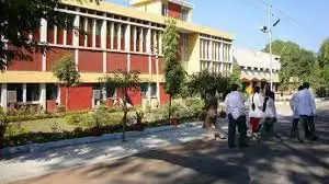 Jhasi महिला इंटर्न से बदसलूकी करने पर झांसी मेडिकल कॉलेज के जूनियर डॉक्टर 6 माह के लिए निलंबित