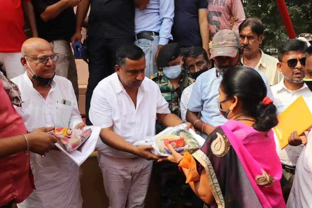 Jamshedpur जमशेदपुर में स्वास्थ्य मंत्री ने सोना सोरन धोती साड़ी योजना के तहत किया वस्त्र वितरण