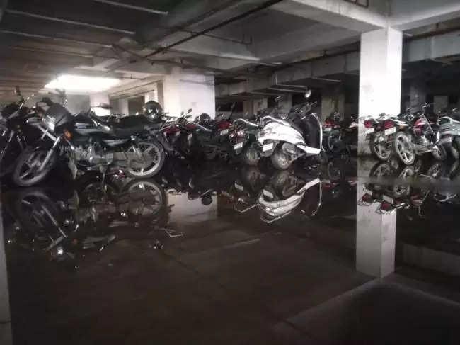 बेसमेंट में जलभराव से वाहन पार्किंग में परेशानी : ईएसआइसी अस्पताल के वाहन पार्किंग के लिए बने बेसमेंट में सोमवार को बारिश के बाद जलभराव हो गया। इससे वाहन चालकों को परेशानी का सामना करना पड़ा। चालकों ने वाहन को अस्पताल के बाहर पार्क किया, जिससे जाम की स्थिति बनी रही।  ------  अस्पताल का निरीक्षण कर सकते हैं केंद्रीय श्रम मंत्री  ईएसआइसी अस्पताल का निरीक्षण करने के लिए केंद्रीय श्रम एवं रोजगार मंत्री भूपेंद्र यादव बृहस्पतिवार को अस्पताल आ सकते हैं। अस्पताल प्रबंधन की ओर से इसकी तैयारियां की जा रही है। चिकित्सा निदेशक डा. बलराज का कहना है कि केंद्रीय मंत्री अस्पताल का निरीक्षण कर सकते हैं।