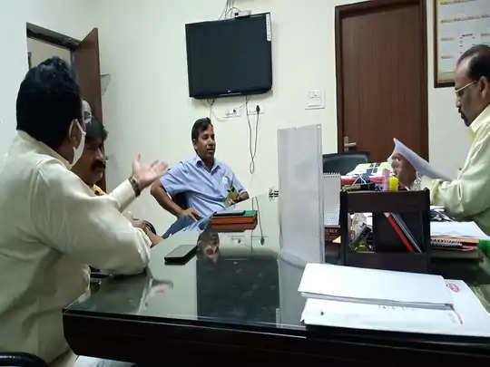 Faridabad निगम पार्षद चीफ इंजीनियर से मिलकर बोले आप कर रहे सरकार को बदनाम