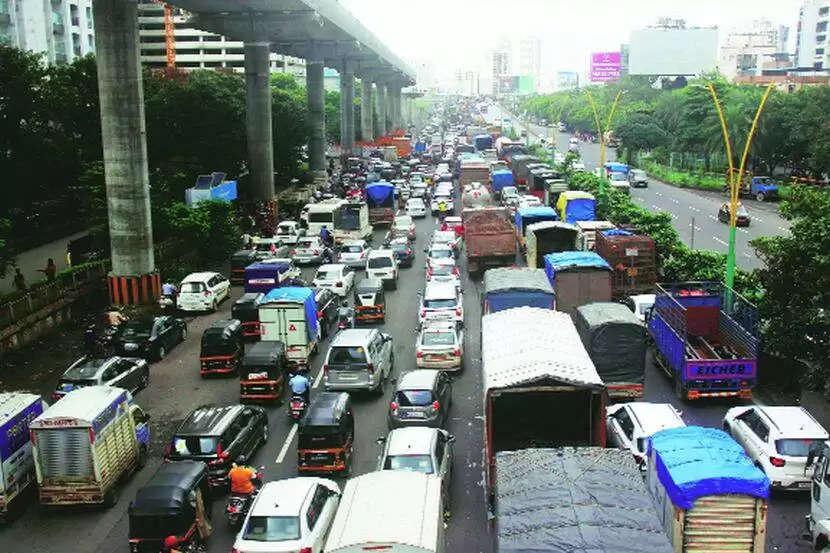 Thane बारिश के कारण लगा ट्रैफिक जाम