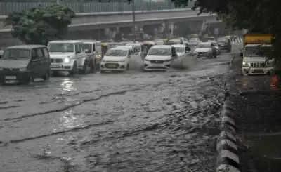 भारी बारिश से Delhi में ट्रैफिक ठप