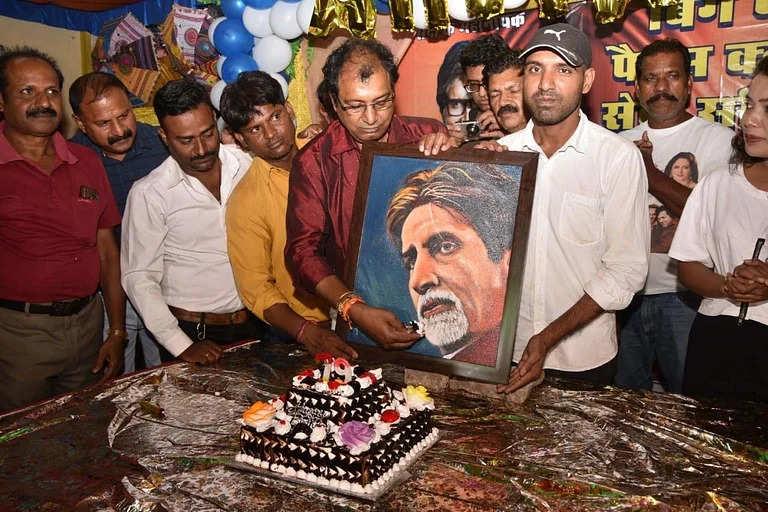 Bhopal भोपाल: बिग बी का बर्थडे केक, गाने के साथ फैंस ने मनाया 79 साल