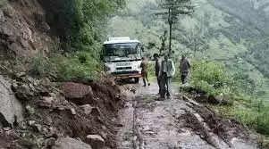 Manali आनी में बारिश ने बढ़ाई लोगों की मुश्किलें