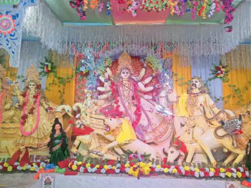 नवरात्र के सातवें दिन मां का नेत्र पट खुलते ही मां का दर्शन और पूजन करने के लिए श्रद्धालुओं की भीड़ मंदिर परिसर में उमड़ पड़ी। सातवें दिन मां के सातवें स्वरूप मां कालरात्रि की पूजा-अर्चना की गई। दुर्गा सप्तशती के पाठ से वातावरण भक्तिमय हाे गया है। मंदिर परिसर में नवार्ण मंत्र का भी जप किया जा रहा है। हर तरफ माता रानी के नाम का जयकारा लगाया जा रहा है। आज मां के आठवें स्वरूप मां महागाैरी की पूजा-अर्चना की जाएगी। वहीं, इस वर्ष जिले भर में कुल 406 स्थानों पर दुर्गा पूजा पंडाल व मंदिरों में आयोजन हो रहा है। स्वीकृति प्राप्त सभी पूजा पंडालों व मंदिरों में शांतिपूर्ण पूजा आयोजन के लिए पर्याप्त संख्या में सुरक्षाकर्मियों की तैनाती की गई है।  सुरक्षाकर्मियों के साथ प्रत्येक पूजा स्थलों पर मंगलवार से प्रतिमा विसर्जन तक मजिस्ट्रेट की तैनाती की गई है। इस दौरान पूजा स्थलों व इसके आसपास पूर्ण शांति व्यवस्था बनाए जाने सहित असामाजिक तत्वों पर कड़ी नजर रखे जाने का निर्देश दिया गया है। हर थाने को सतर्क मोड में रहने का निर्देश दिया गया है। पूजा के दौरान किसी भी प्रकार के सांस्कृतिक आयोजन, डीजे बजाने सहित मेला का आयोजन किए जाने पर पूर्णतः प्रतिबंध लगाया गया है। पूजा समिति के प्रत्येक सदस्यों को फोटोयुक्त पहचान पत्र दिए जाने का निर्देश पूजा समिति को दिया गया है। वहीं, जगह-जगह झिझिया खेलकर बुरी शक्तियों से बचाने के लिए मां से प्रार्थना की गई है।