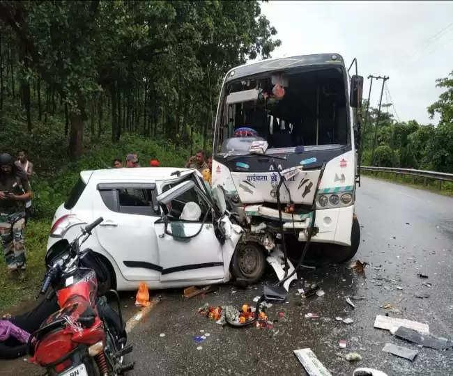 Jamshedpur जमशेदपुर हादसा : चौका-कांद्रा मार्ग पर बस-कार की टक्कर में 3 की मौत