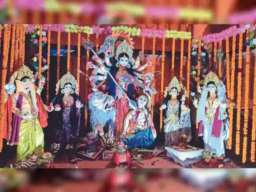 नव दुर्गा देवी भक्ति भाव से आस्था विश्वास के साथ भक्त श्रद्धालुओं द्वारा पूजा की गई। बुधवार को भक्त श्रद्धालु आठवें दिन महागौरी की पूजा आराधना कर अगले सुबह व्रत उपवास का उत्सव वैदिक मंत्रोच्चारण के साथ हवन पूजन करने के उपरांत उद्यापन करने की तैयारी में लगे हुए हैं। तो वही दूसरी ओर दुर्गा पंडालों में दर्शन पूजन को लेकर भक्तों श्रद्धालुओं का आस्था का जन सैलाब उमड़ पड़ा है । चारों तरफ देवी जयकारे से वातावरण गुंजायमान हो उठा है। गांवों में स्थित देवी काली मंदिरों में पूजा-पाठ दर्शन पूजन करने का कार्य अब चरमोत्कर्ष पर पहुंच गया है।  हर तरह माता दी के जयकारे से वातावरण गूंजायमान हो गया है। गांव से लेकर शहर तक सुबह से देर रात तक पंडालों में स्थित दुर्गा दर्शन को लेकर भक्त श्रद्धालुओं का आस्था का जनसैलाब उमड़ पड़ा है। नव दुर्गा पूजा संघर्ष समिति पुरानी बाजार स्थित कचहरी मोड़ के दुर्गा पंडालों के आसपास काफी संख्या में छोटे-छोटे अस्थाई तौर पर दुकानदारों ने पूजा सामग्रियों से लेकर सौंदर्य प्रसाधनों के दुकान सजा रखे हैं। इससे आसपास का नजारा मेले के रूप में तब्दील हो गया है। उधार नोखा रोड के पंजाब नेशनल बैंक के बगल में रखे गए दुर्गा पंडालों की भव्यता भी देखते ही बन रही है।  सिटी रिपोर्टर रोहतास के अनुसार प्रखंड क्षेत्र में किए जा रहे नवरात्र का पर्व अपनी महता और आस्था का पर्व को सरोकार करने को ले अम्बे मां के पट खुलते ही पहली दर्शन को दर्शनार्थियों का जन सैलाब उमड़ पड़ा। बताते चलें कि क्षेत्र में नवरात्रि का त्यौहार हर्षोल्लास के साथ मनाया जा रहा है। जिसके अंतर्गत नवरात्रि पाठ प्रारंभ से लेकर सभी पूजा स्थलों पंडालों में तिथि सप्तमी के दिन मां अंबे की प्रतिमा स्थापित की गई और विधिवत पारंपरिक ढंग से पूजा अर्चना किया।  मां के उद्घोष से गूंज उठा और वही मां के जयकारे मंदिर परिसर से लेकर ध्वनि विस्तारक यंत्र के माध्यम से पूरे गांव की गली गली, कस्बे , शहर में गूंज उठी। सभी पूजा पंडालों में अपने यहां पहुंचे दर्शनार्थियों महिला पुरुष और बच्चों के लिए खास इंतजाम किए। पूजा कमेटी ने डिवाइडर लगा महिलाओं का अलग और पुरुषों का एक अलग पंडाल बनाया। जिसके अंतर्गत किसी को मां के दर्शन करने एवं प्रसाद ग्रहण में कोई परेशानी नहीं हो। स्थानीय थानाध्यक्ष राजीव रंजन के नेतृत्व में पूरे प्रखंड में प्रशासन
