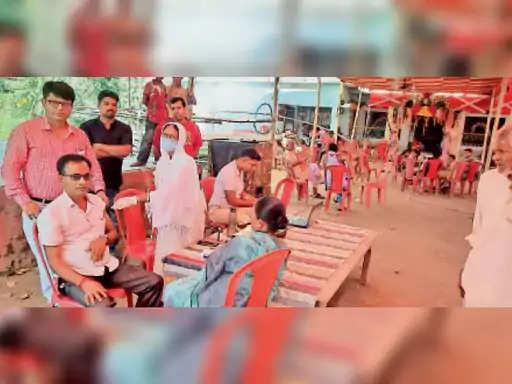 त्योहार के दौरान भीड़-भाड़ वाले इलाके, बाजार, हाट आदि में घुस कर लोगों की जेब से मोबाइल चुराने वाले एक गैंग का जीरोमाइल पुलिस ने भंडाफोड़ किया है। इस सिलसिले में पुलिस 2 युवकों को गिरफ्तार किया है। गिरफ्तार मिथुन महतो साहेबगंज जिले के महाराजगंज का रहने वाला है, जबकि उसका साथी छोटू कुमार बुद्धुचक के एकडारा गांव का।  इन लोगों के अलावा पुलिस ने एक नाबालिग लड़के को भी पकड़ा है, जो चोरी में सहयोग करता था। तीनों की निशानदेही पर पुलिस ने अलग-अलग कंपनियों का 11 मोबाइल बरामद किये हैं। इस गैंग से जुड़े लोग जीरोमाइल के राजेंद्र नगर कॉलोनी में एक इंजीनियर के मकान में कपड़ा व्यवसायी के रूप में कमरा किराए पर लेकर रह रहे थे। नाबालिग लड़के भीड़ में घुस कर पॉकेटमारी करते थे जीरोमाइल थानेदार राज कुमार प्रसाद को इस गैंग के ठिकाने के बारे में सूचना मिली तो सोमवार रात को छापा मारा।