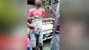 बिहार न्यूज़ डेस्क !!! मोबाइल चुराने वाले एक गैंग का जीरोमाइल पुलिस ने भंडाफोड़ किया है। ये लोग त्योहार के दौरान भीड़-भाड़ वाले इलाके, बाजार, हाट आदि में घुस कर लोगों की जेब से चोरी करते थे। पुलिस ने 2 युवकों को गिरफ्तार किया है। गिरफ्तार मिथुन महतो साहेबगंज जिले के महाराजगंज का रहने वाला है, उसका साथी छोटू कुमार बुद्धुचक के एकडारा गांव का। इन लोगों के साथ पुलिस ने एक नाबालिग लड़के को भी पकड़ा है, वह इन लोगो की चोरी में सहयोग करता था। पुलिस ने तीनों की निशानदेही पर अलग-अलग कंपनियों का 11 मोबाइल बरामद किये हैं। राजेंद्र नगर कॉलोनी में इस गैंग से जुड़े लोग जीरोमाइल के एक इंजीनियर के मकान में कपड़ा व्यवसायी के रूप में कमरा किराए पर लेकर रह रहे थे। नाबालिग लड़के भीड़ में घुस कर पॉकेटमारी करते थे जीरोमाइल थानेदार राज कुमार प्रसाद को इस गैंग के ठिकाने के बारे में सूचना मिली तो सोमवार रात को छापा मारा।  भागलपुर न्यूज़ डेस्क !!!
