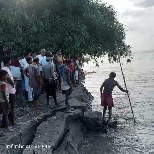 बीते 15 अगस्त के बाद नेपाल के तराई इलाके में लगातार हो रही बारिश के बाद वाल्मीकि नगर बराज से पानी छोड़ने का सिलसिला शुरू हो गया था, जिससे गंडक नदी का जलस्तर बढ़ने से दियारा के निचले इलाके में बसे गांव बाढ़ की चपेट में आ गए। सदर प्रखंड, मांझा प्रखंड, सिधवलिया तथा बैकुंठपुर प्रखंड के दियारा के निचले इलाके के गांवों में बाढ़ का पानी घुसने से घर छोड़कर ग्रामीण ऊंचे स्थानों तथा तटबंधों पर शरण ले ली। तटबंधों पर शरण लिए बाढ़ पीड़ितों को भोजन पानी को हो रही दिक्कत को देखते हुए प्रशासनिक स्तर पर सदर प्रखंड तथा बैठकुंठपुर प्रखंड में कम्युनिटी किचन खोल दिए गए। इधर कुछ दिनों में गंडक नदी का जलस्तर घटने से बाढ़ का पानी गांवों से निकलने लगा। तटबंध पर शरण लिए बाढ़ पीड़ित अपने अपने घरों को लौटने लगे। लेकिन जलस्तर घटने के साथ ही गंडक नदी का कटाव तेज हो गया है। मांझा प्रखंड की निमुइयां पंचायत के संखवा टोंक गांव के पास गंडक नदी तटबंध में तेजी से कटाव कर रही है। ग्रामीणों ने बताया कि ढाई किलोमीटर कटाव करते हुए गंडक नदी की मुख्य धारा गांव के समीप पहुंच गया है। कटाव को देखते हुए गांव के किनारे बसे लोग घर तोड़कर सामान समेटने लगे हैं। गंडक नदी के तेज कटाव को देखते हुए ग्रामीण दहशत में हैं। गंडक नदी के कटाव की जानकारी मिलने पर संखवा टोंक गांव के समीप पहुंचे जल संसाधन विभाग के पदाधिकारियों ने कटाव का जायजा लेते हुए कटाव निरोधात्मक कार्य शुरू करा दिया है।
