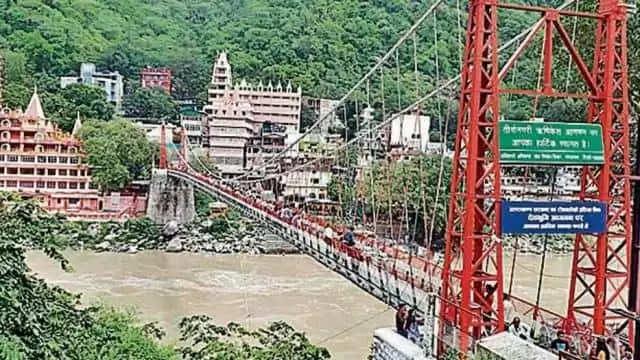 Rishikesh कोरोना की रफ्तार कम तो वीकेंड पर ऋषिनगरी में उमड़े पर्यटक, राम-लक्ष्मणझूला पुल पर पर्यटकों का दबाव