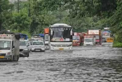 Delhi Airport से निकली यात्रियों से भरी बस पानी में फंसी, दमकल कर्मियों ने यात्रियों को सुरक्षित निकाला